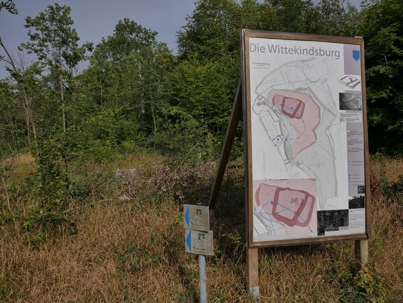 Mehrere Infotafeln geben uns Aufschluss über das, was wir hier an Ruinen zu sehen bekommen...