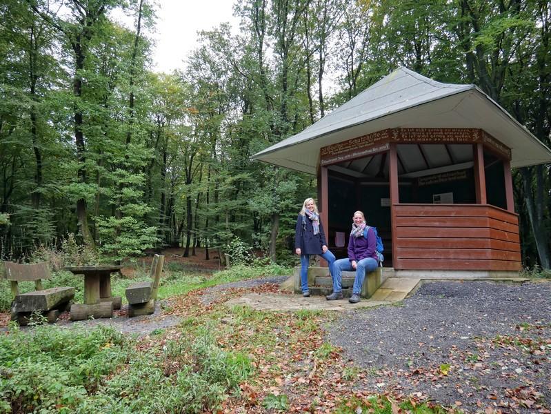 Auf dem Born nimmt uns bei unserer Tour auf dem TERRA.track Goethegang natürlich auch die Goethehütte in Empfang.