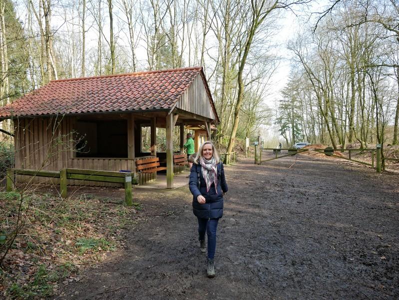 Eine amtliche Rasthütte nimmt uns am Wanderparkplatz am Rande des Buchholzer Forsts in Empfang!