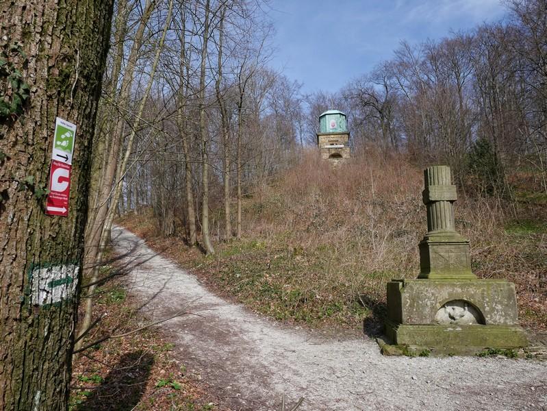Das Hagedorn-Denkmal, besser bekannt als Kaffeemühle, sehen wir zunächst nur von unten. Wir kommen später wieder.