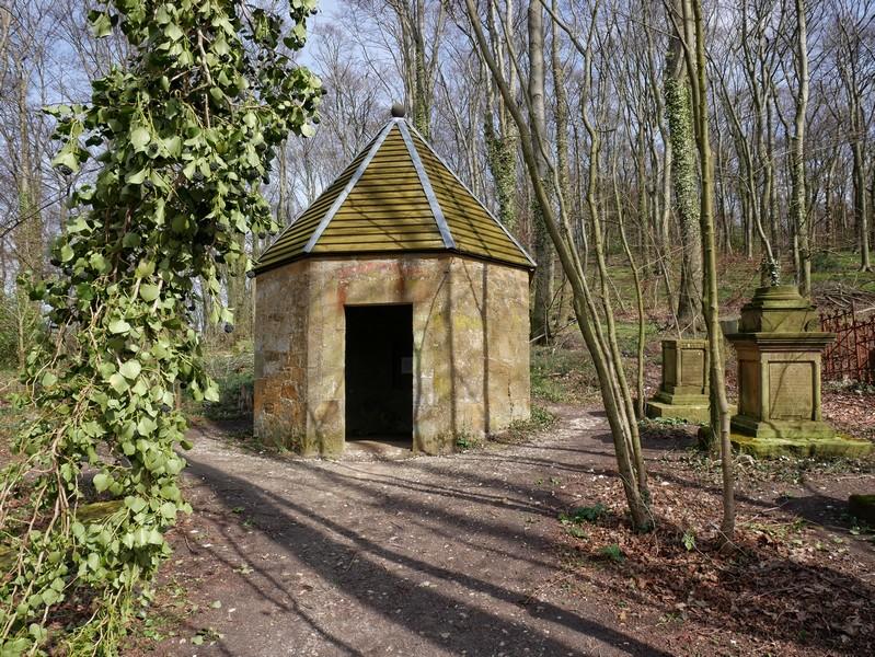 Die kleine Kapelle markiert den Eingang zum Haller Waldfriedhof.