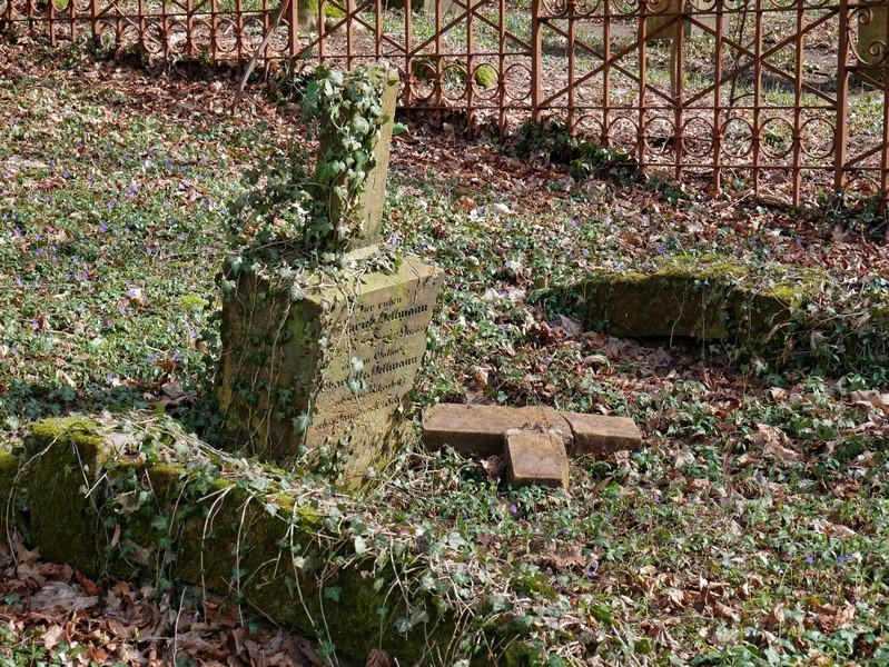 Die Gräber hier sind in unterschiedlich gutem Zustand.