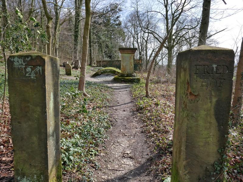 Zwei Stelen am Eingang des Waldfriedhofs zu Halle.
