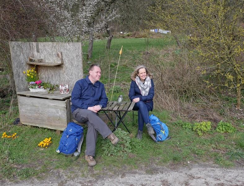 Kurz hinter dem Friedhof erwartet uns die nächste Skurrilität: dieser kleine Picknickplatz.