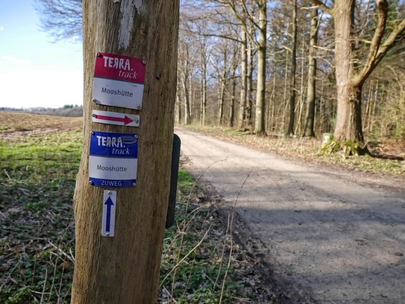 Nach dem kurzen blau-weiß markierten Zuweg treffen wir auch schon auf die rot-weiße Markierung des TERRA.track Mooshütte.