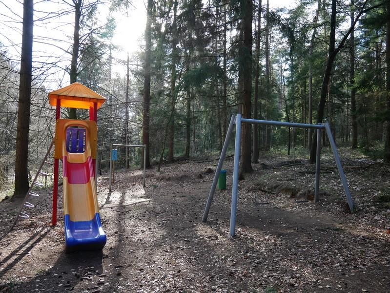 Dann treffen wir mitten im wald auf einen Kinderspielplatz.