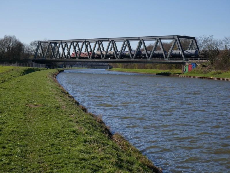 Dann erreichen wir den Mittellandkanal, an dessen Südufer uns der TERRA.track Stirper Berg fast 1,5 km weiterführt.