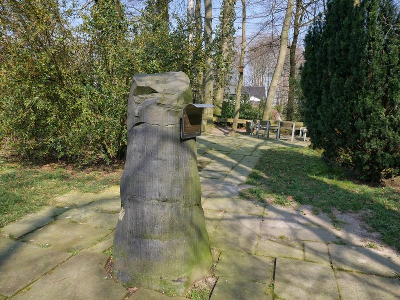 Satte 23 Millionen Jahre auf dem Buckel: der versteinerte Baumstamm am Wegesrand.
