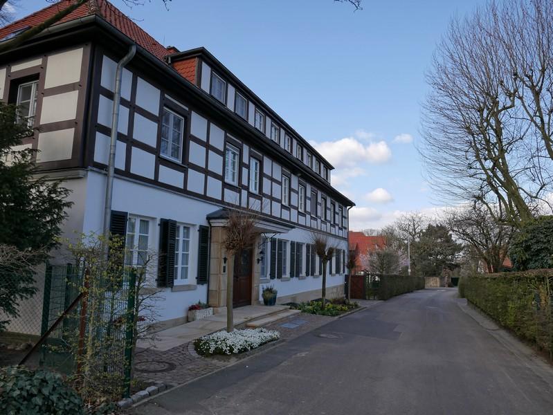 Viele schmucke Fachwerkhäuser und prächtige Villen sehen wir in Mettingen am Wegesrand.
