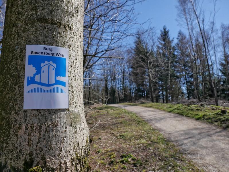 Durchweg vorbildlich markiert: Der Burg Ravensberg Weg macht so ziemlich alles richtig.