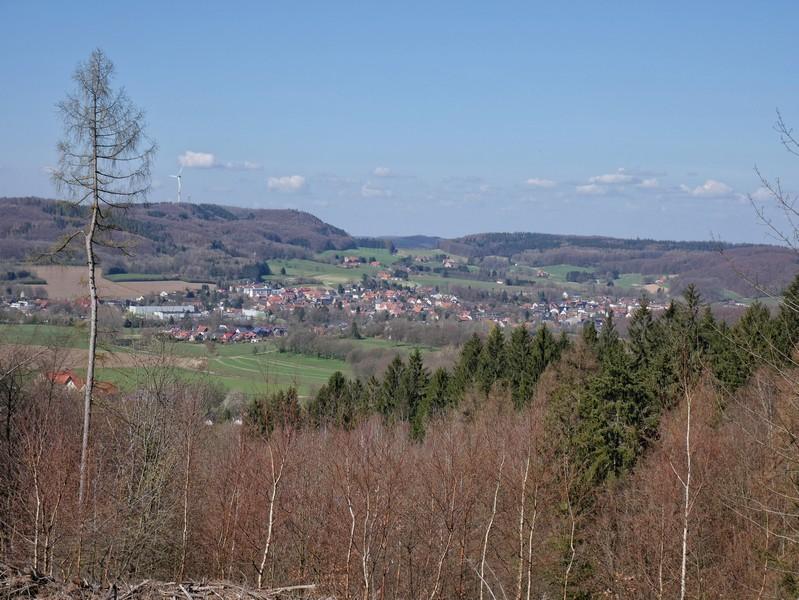 Wir schauen hinunter nach Borgholzhausen, das wir vom Burg Ravensberg Weg auf dem Kamm fast stets im Blick behalten.