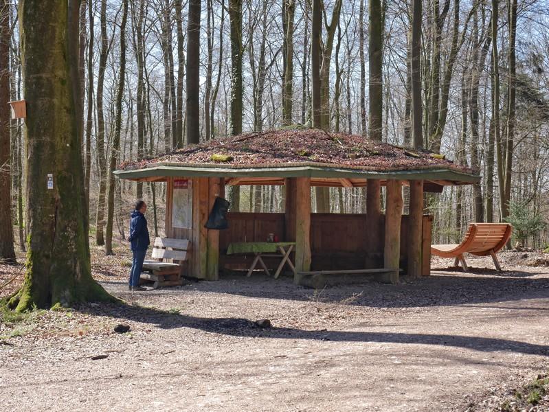 Schutzhütte mit XXL-Liege am Rand des Burg Ravensberg Weges.