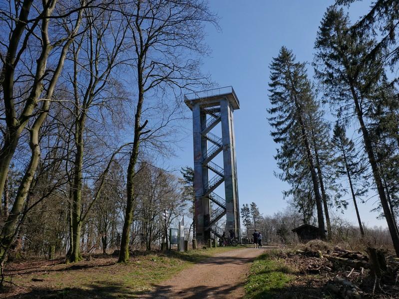Der Ahornweg führt uns auch zum Hermannsturm. Der ist leider ebenfalls gesperrt...