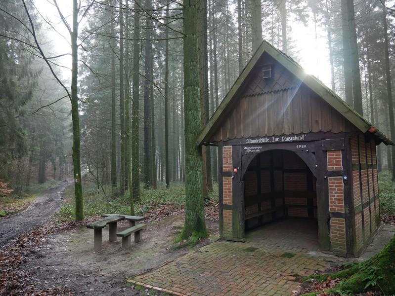 Knotenpunkt auf dem TERRA.track Alkenkuhle ist diese hübsche Fachwerkhütte.