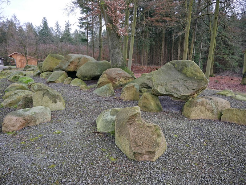 g hier dereinst ein König begraben? Das mächtige Großsteingrab bot schon immer Anlass zu Legendenbildung. Für uns ist es der Abschluss der Wanderung auf dem TERRA.track Alkenkuhle.