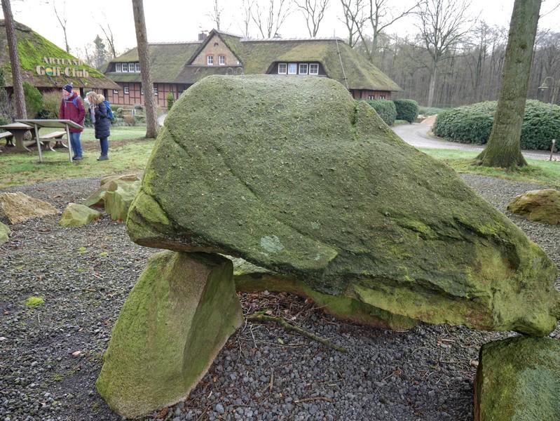 Der Kreis kleinerer Steine, die die beiden Kammern umschließen ist ebenfalls gut erhalten.