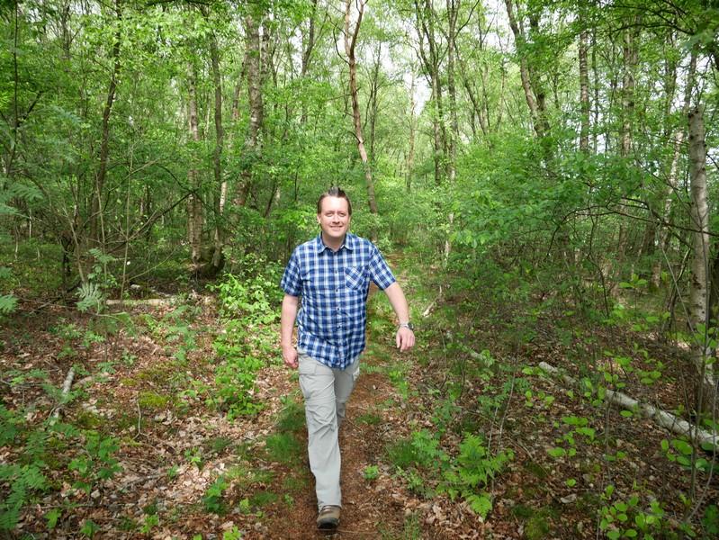 Uns führt der TERRA.track Hahlener Moorpfad nun auf schmalen Wegen weiter.