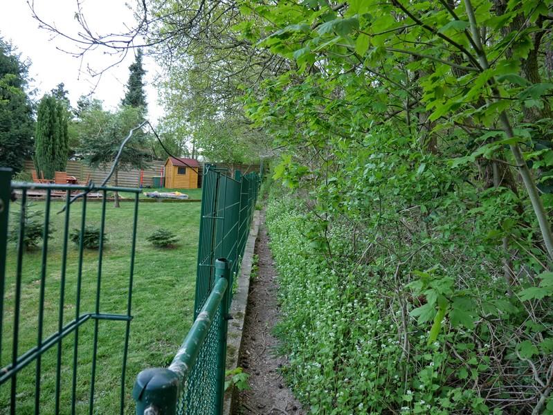 Der Begriff enger Pfad bekommt eine ganz neue Dimension. Wir haben außerdem freien Blick in hübsche Gärten...