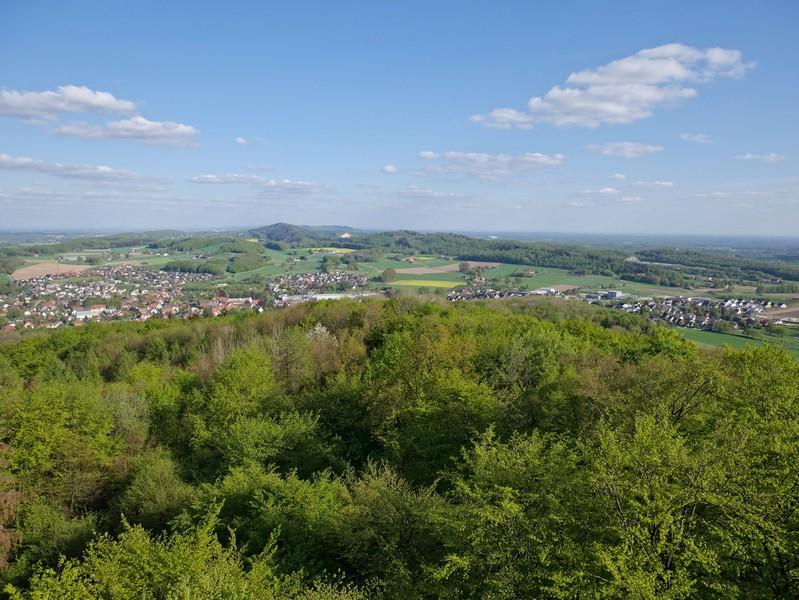 Von hier oben haben wir prächtige Panoramablicke weit über Borgholzhausen hinaus!