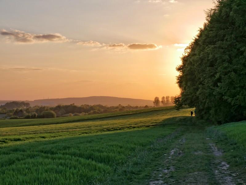 Wer ob der schönen Aussichten besonders lange trödelt, wir übrigens mit einem spektakulären Sonnenuntergang belohnt...