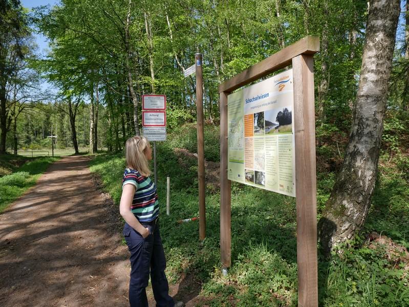 Einige erste Informationen zum Teutoschleifchen Schachselwiesen bekommen wir gleich am Einstieg in die Tour am Campingplatz Weißes Moor.