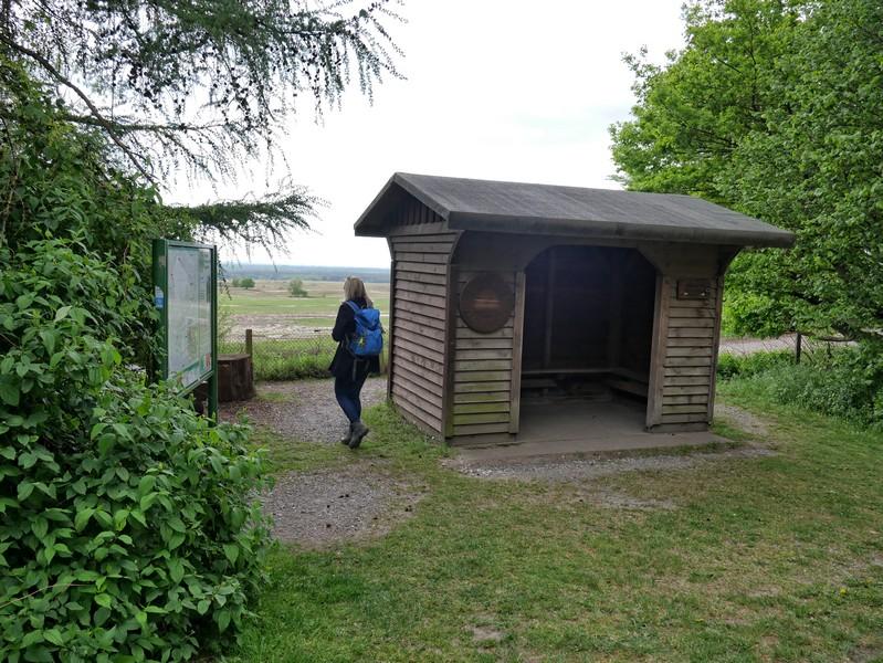 Auch auf der Rückseite dieser Hütte gibt es Sitzgelegenheiten, so dass wir einen unverstellten Blick auf die Senne haben.