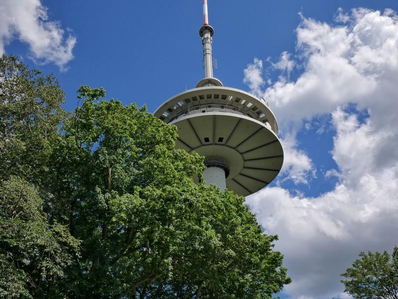 Der 138 Meter hohe Fernsehturm gerät in unser Blickfeld.