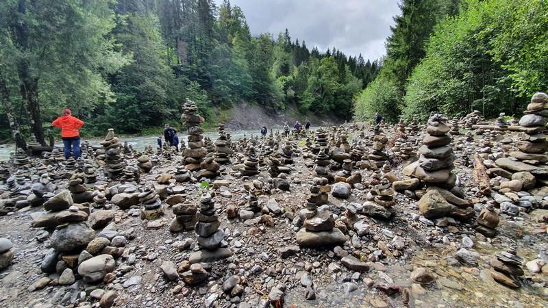 Am Ufer der Breitach entdecken wir ein Meer aus Steinmanderln.