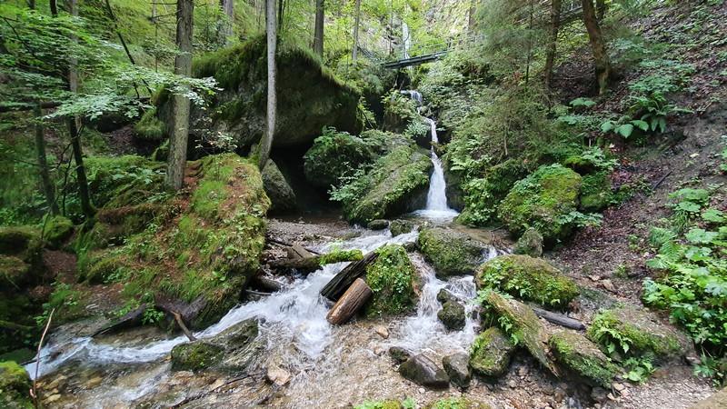 In mehreren Kaskaden schießt das Wasser mancherorts den Fels hinunter.