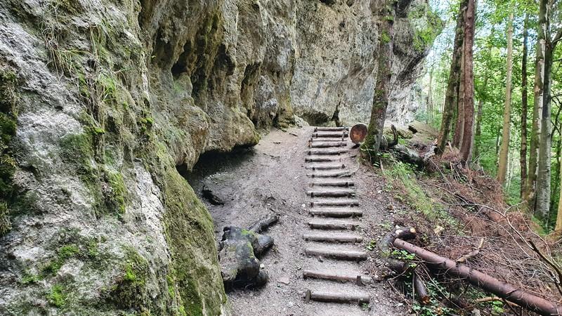 Danach geht es über schmale Pfade entlang der Felsenwand weiter.