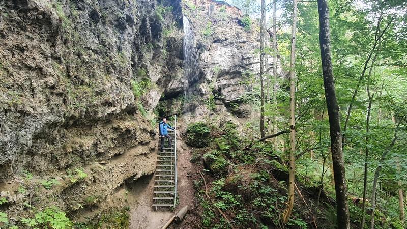 Wir gehen unterhalb eines weiteren Wasserfalls entlang.