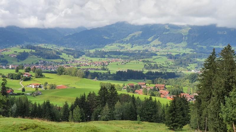 Eine großartige Aussicht bietet sich uns auf dem Weg über die Almwiesen.