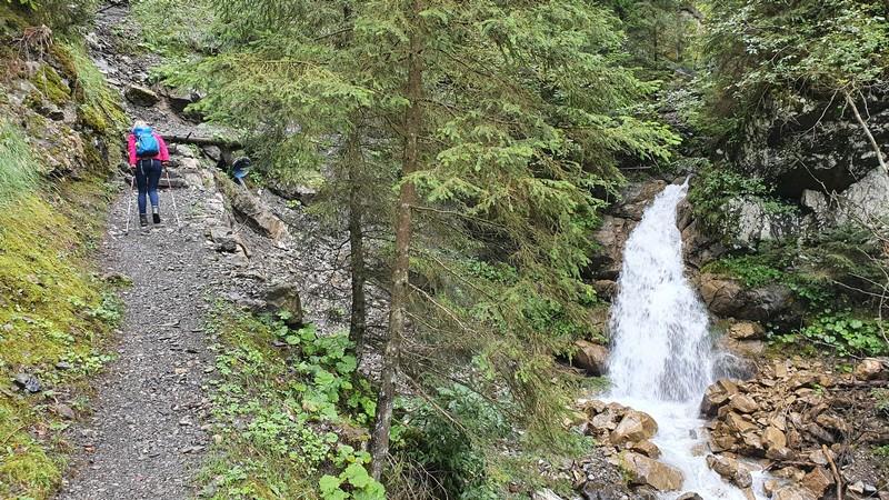 Weiter oben hat der Bach wieder einen natürlicheren Lauf.