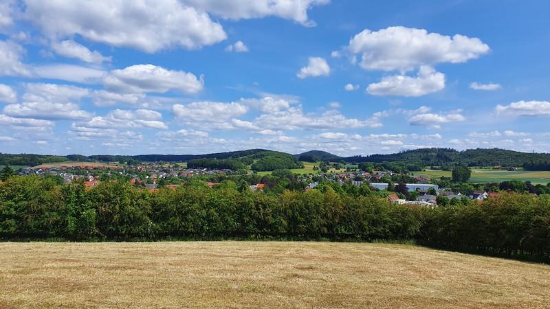 Auf dem Feld links des Weges bietet sich uns ein wunderbares Panorama.