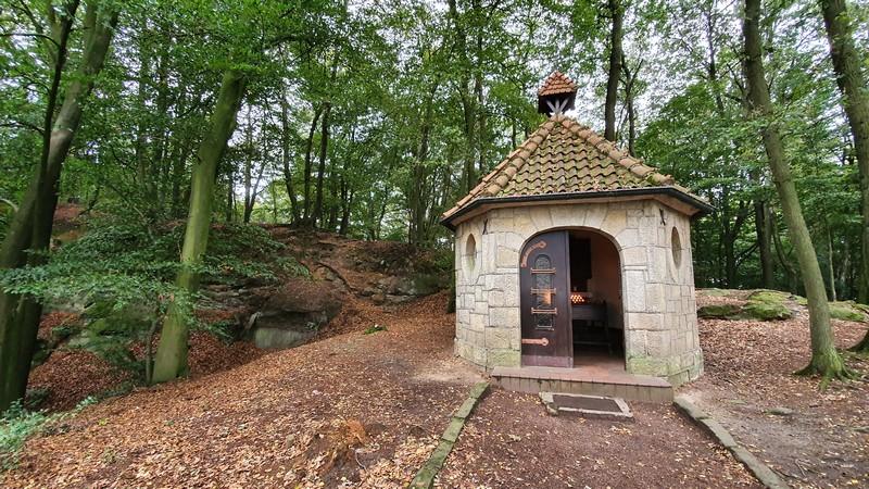 Vollkommen zu Recht ein Glücksort: die schmucke Waldkapelle.