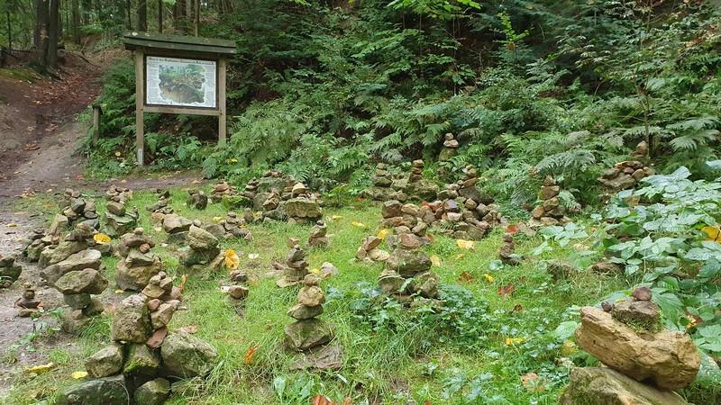 Neben Bäumen und Pilzen ebenfalls zu finden: Steinmanderln.