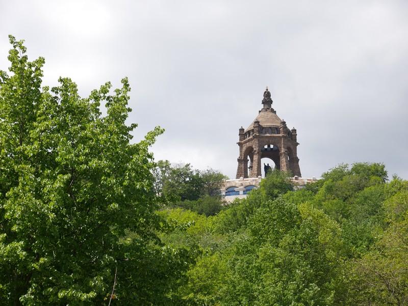 Schon von unserem Parkplatz aus ist das Kaiser-Wilhelm-Denkmal eine imposante Erscheinung.