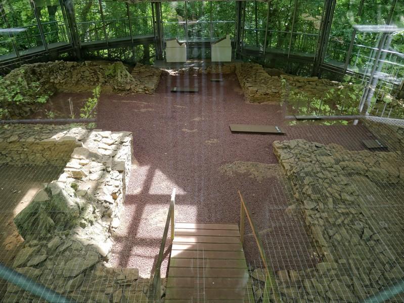 Durch das Glas können wir ins Innere der Grabeskirche schauen.