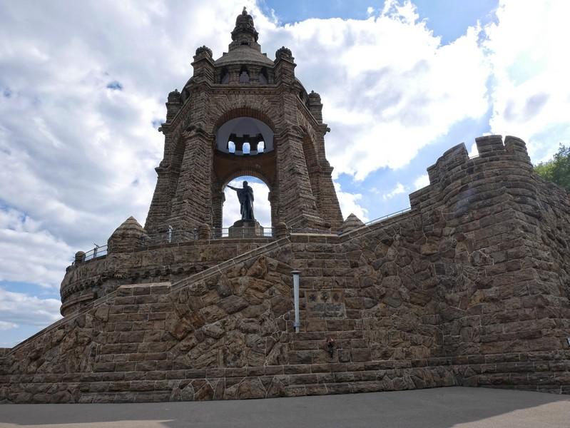 Die Größe des Denkmals kann ein Foto nicht wiedergeben, man muss einfach hin!
