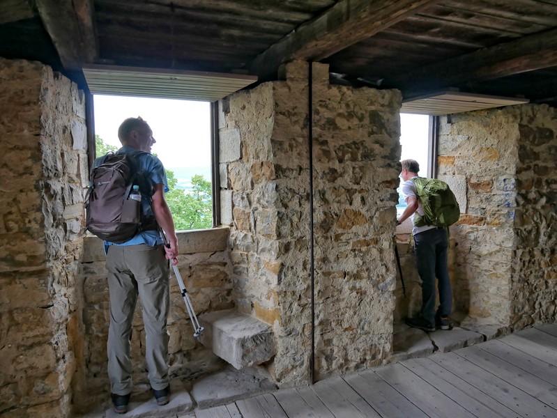 Wir klettern auf den mehr als 600 Jahre alten Bergfried und schauen aus den Fenstern...