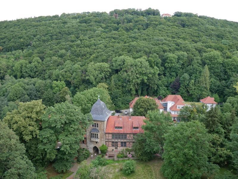 Oberhalb und auf dem Kamm des Wesergebirges sehen wir schon die Paschenburg, zu der uns die Drei-Burgen-Route ebenfalls noch führen will.