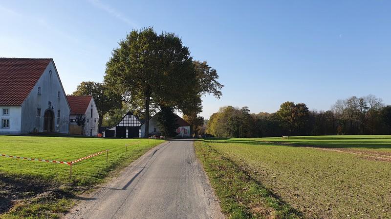 Heute noch Ackerflächen und in wenigen Jahren schon Gewerbegebiet. Zur Rechten sollen zahlreiche Bürogebäude entstehen.