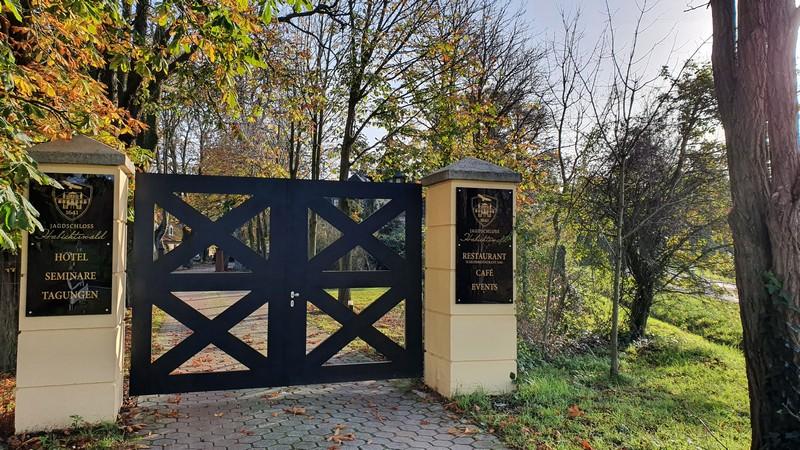 Wir passieren die Tore vom Jagdschloss Habichtswald. Bei meinem Besuch waren sie leider verschlossen.