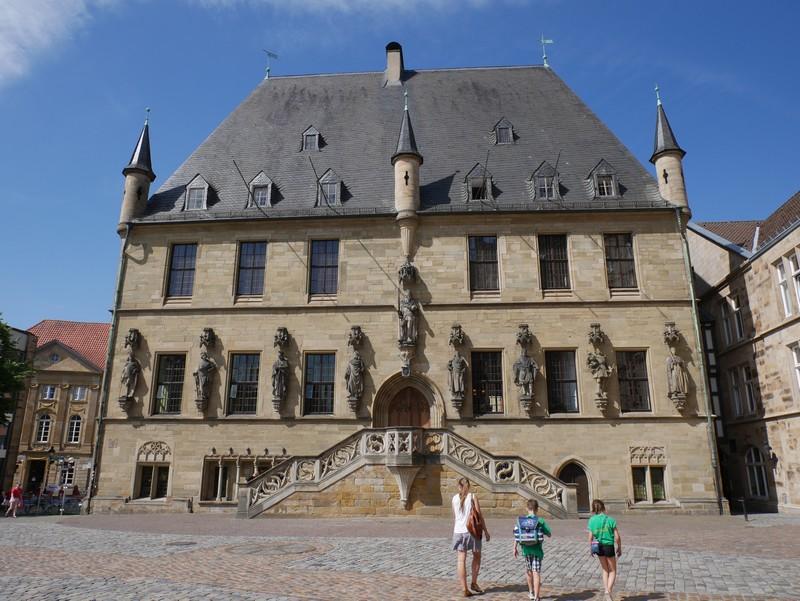 Wir starten unsere Wanderung auf dem Eselspatt am Historischen Rathaus Osnabrücks im Herzen der Friedensstadt.