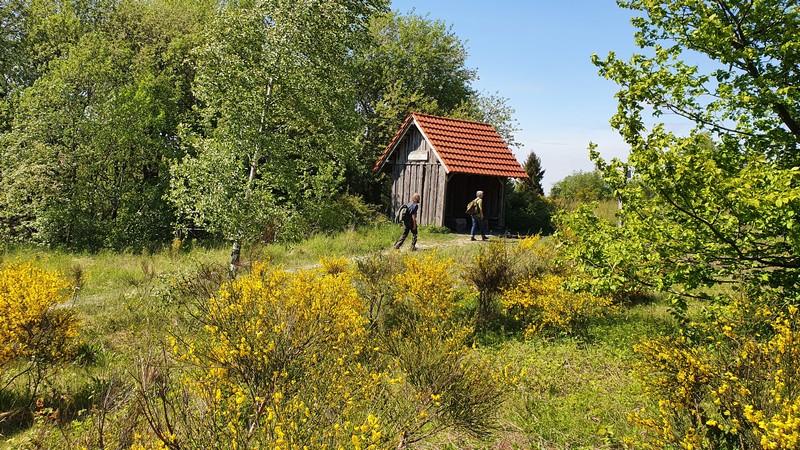 Vorbei an dieser kleinen Hütte treten wir den Weg zum Lippischen Velmerstot an.