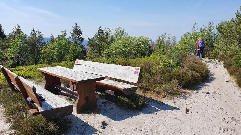 Auch nahe des zweiten Gipfels gäbe es noch eine sonnige Picknickmöglichkeit.