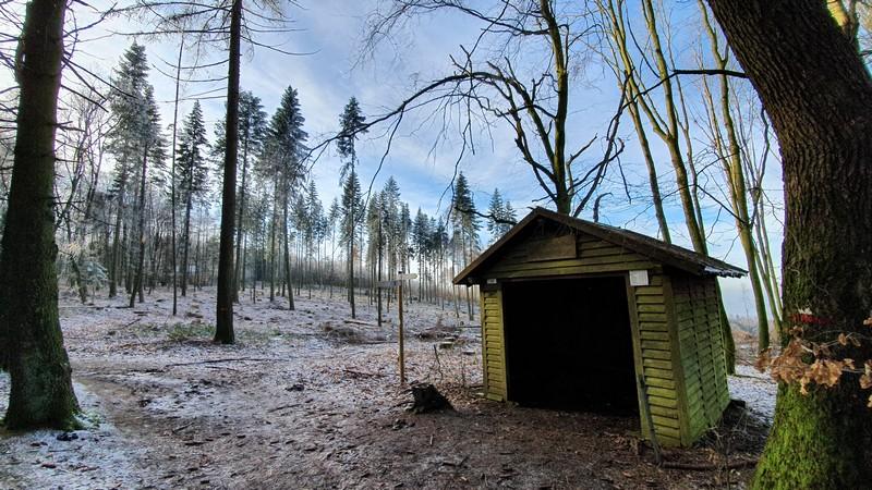 Zuerst passieren wir diese Schutzhütte. Hier hat sich der Wald schon radikal gelichtet.