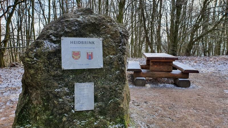 Und schließlich erreichen wir den Heidbrink und damit den höchsten Punkt im Wiehengebirge. Den Kuchen haben wir uns damit redlich verdient!