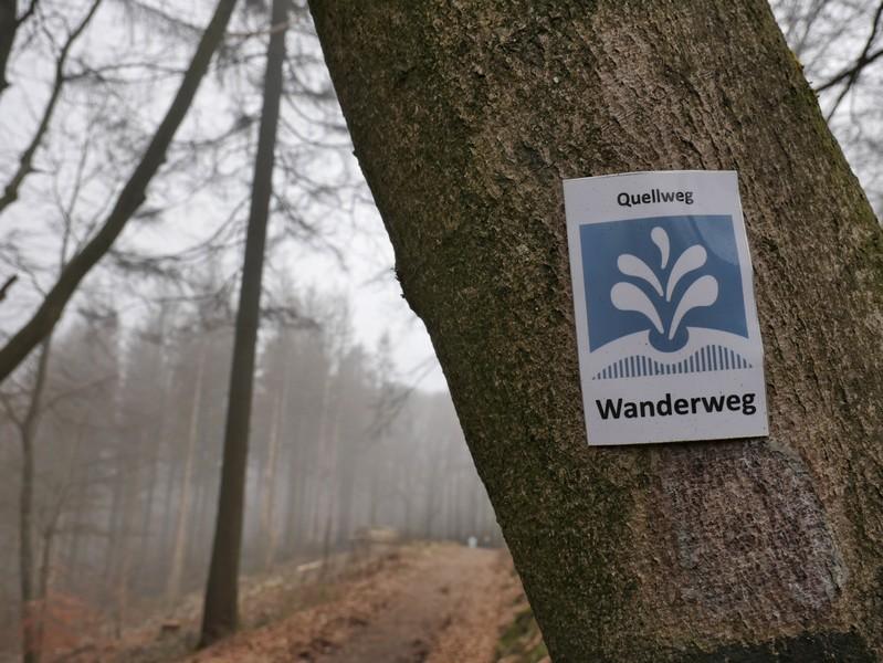 Auf die blauweiße Beschilderung können wir uns auf dem Quellweg in Steinhagen zu jeder Zeit verlassen - hier sind Profis am Werk.