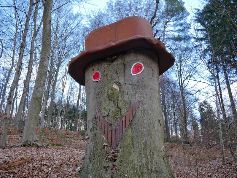 Dieser Baumgeselle wartet am Wegesrand auf uns.